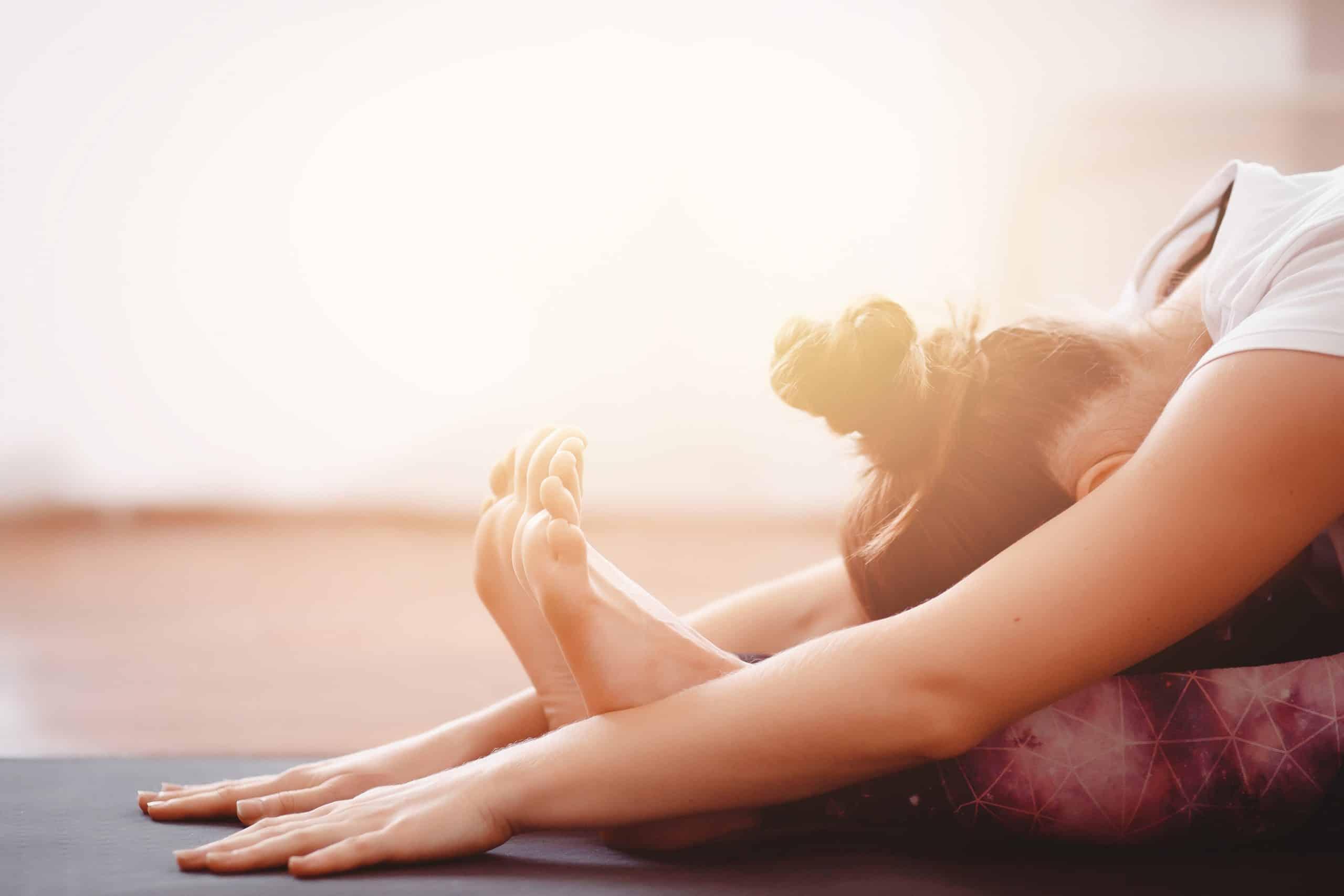 Detailaufnahme Frau auf Yogamatte in entspannter Haltung