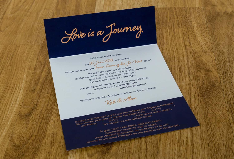 Hochzeitseinladung Ticketdesign Dunkelblau und Apricot aufgeklappt