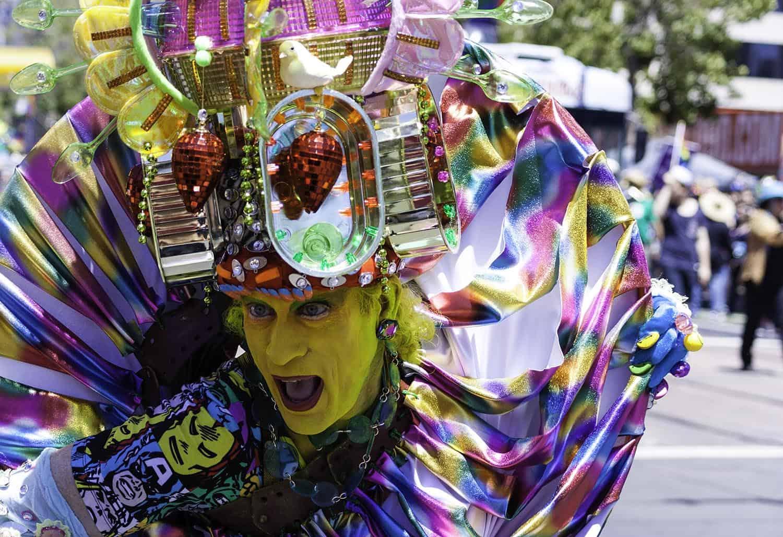 Teilnehmer in buntem Kostüm auf der San Francisco Pride Parade 2014