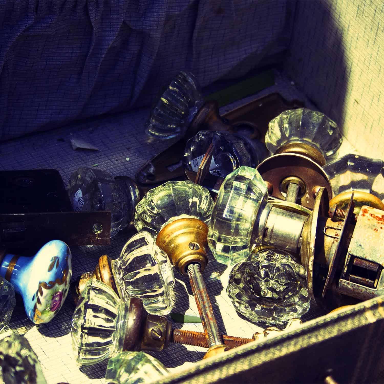 Türknäufe aus Glas, Metall und Porzellan in altem Koffer